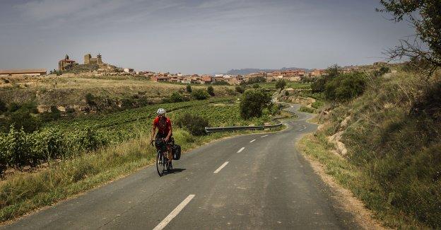 Hacia San Vicente. La carretera provincial LR-318 avanza serpenteando hacia San Vicente de la Sonsierra, cuyo castillo medieval domina el horizonte desde el cerro. :: justo rodríguez