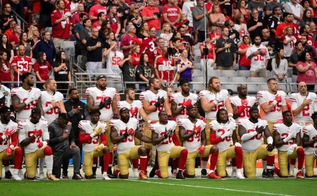 Los jugadores de los 49ers de San Francisco, durante el himno de Estados Unidos.