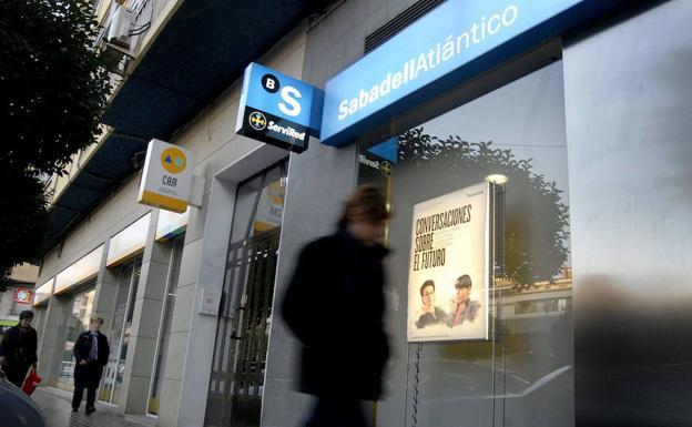 el banco sabadell decide esta tarde si traslada su sede a