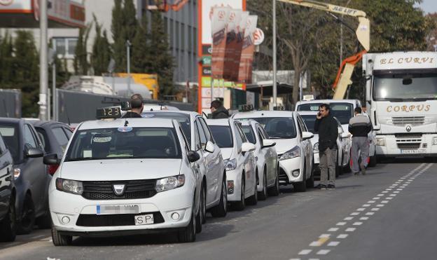 Revisión de los taxímetros por la fusión de las empresas, hace escasos días. / J. Monzó