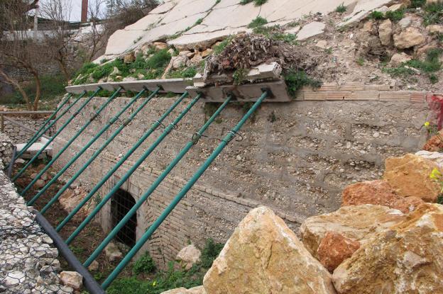 La entrada al refugio está actualmente apuntalada para evitar su derrumbe. / Tino Calvo