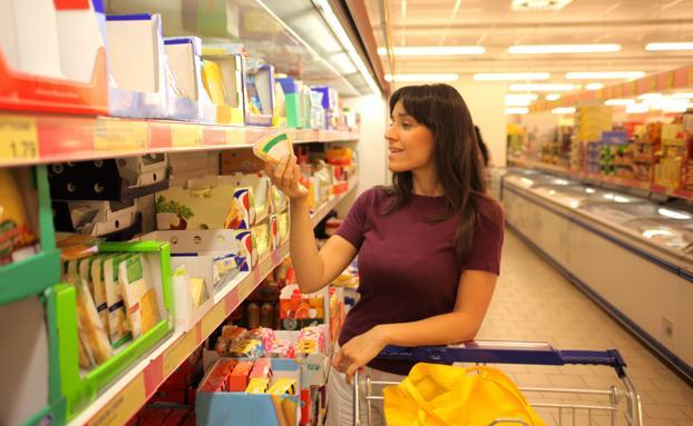 Mujer comprando en un supermercado, actividad que ya se puede hacer hasta con el móvil.