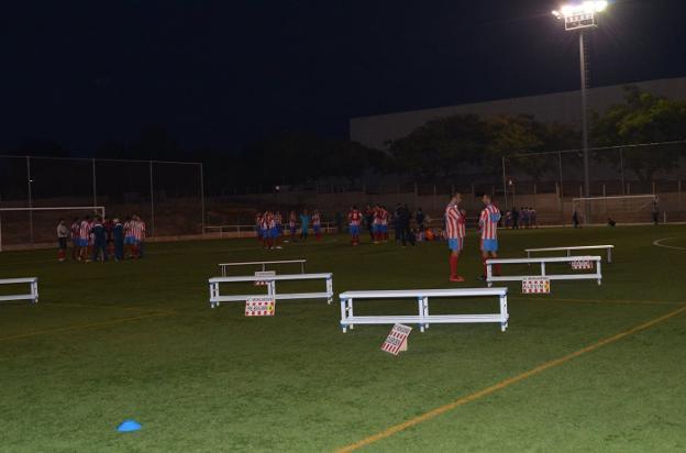 Jugadores en el campo de fútbol de Moncada. / lp