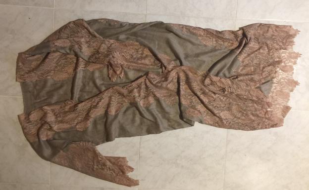 SIlvia se trajo de recuerdo este 'kibrs', la chaqueta abierta al frente tradicional de la vestimenta beduina, pero con formas adaptadas al estilo occidental.