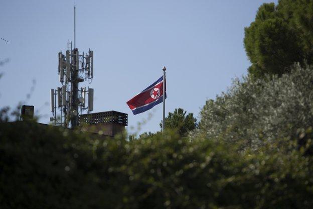 La bandera norcoreana ondea en la Embajada del país en Madrid.   óscar  chamorro 41dfde780e733