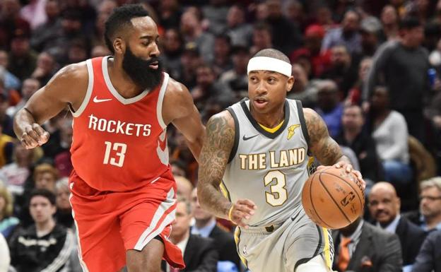 Isaiah Thomas, ante James Harden en un partido entre los Cavs y los Rockets. /Ken Blaze-USA TODAY Sports