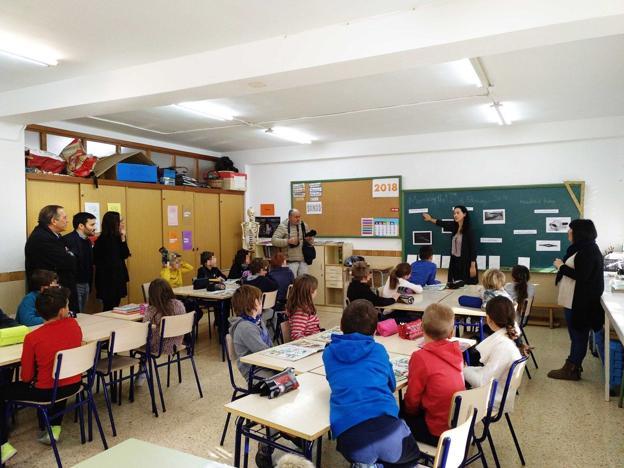 El conseller y el secretario autonómico asisten a una clase con una auxiliar de conversación. / GVA