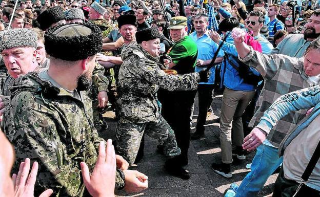 9676cf20631b3 Cosacos con uniformes paramilitares reprimen una manifestación pacífica  convocada en Moscú por el opositor Navalni