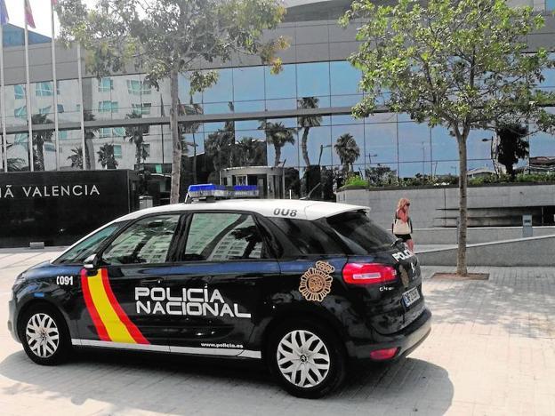 Una patrulla de la Policía Nacional, ayer, ante el hotel de Valencia./J. Martínez