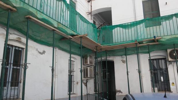 Entre puntales. Estado que presentaba hace un mes el cuartel de la Guardia Civil de Almassora, en Castellón. / AUGC