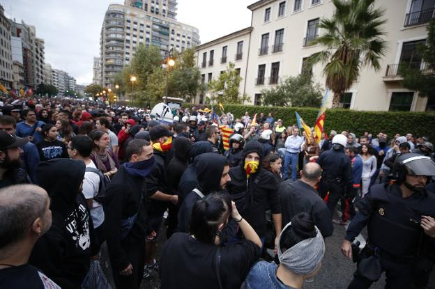 MILES DE ANTISISTEMA DE FUERA LLEGARON A VALENCIA PARA PARTICIPAR EN LA MANIFESTACION CATALANISTA