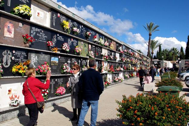 Miles de vecinos de la comarca rinden tributo a sus difuntos en el día de  Tot Sants | Las Provincias