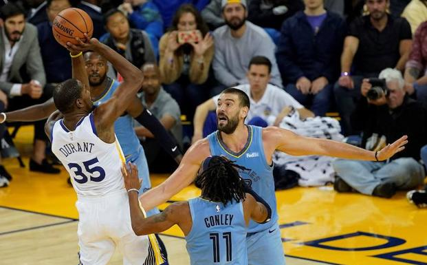 Marc Gasol defiende a Kevin Durant.