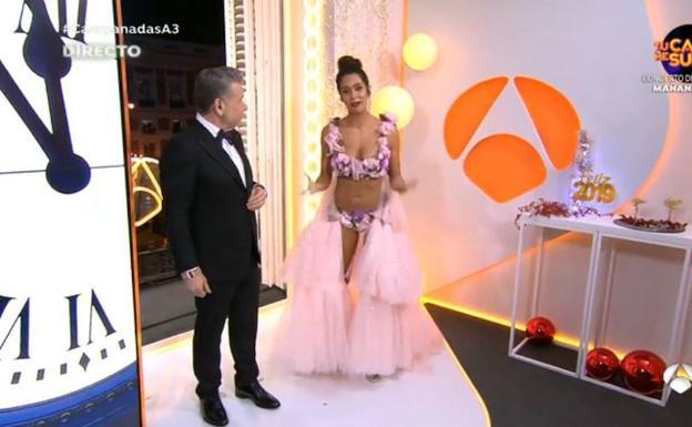 99a3696b6 Vestido de Cristina Pedroche en las campanadas de Nochevieja 2018 ...