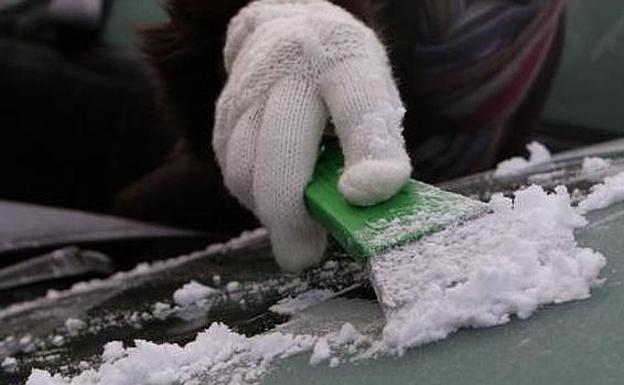 Lo que no debes hacer nunca para quitar el hielo del parabrisas