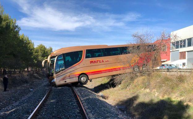 Autobús sobre la vía en Requena./LP