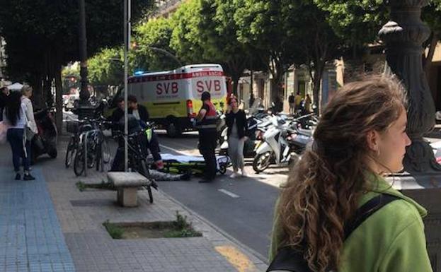 La ambulancia durante las labores de atención a la víctima, en plena calle Colón.