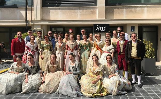 Falleros de Grabador Esteve-Cirilo Amorós tras la grabación de la semifinal de 'Masterchef' en Valencia.