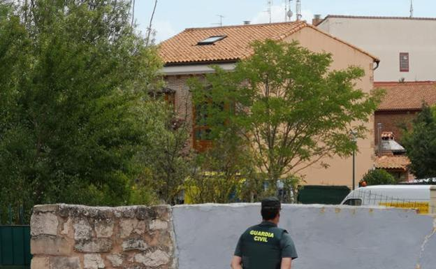 La Guardia Civil custoria el domicilio donde se encontraron los cadáveres, en Villagonzalo-Pedernales
