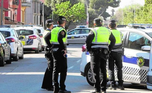 Varios policías locales en una calle de Valencia. /D. Torres