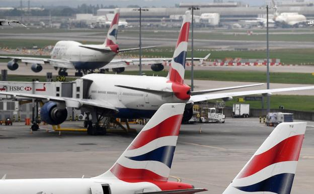 Aviones de British Airways estacionados en el aeropuerto londinense de Heathrow./EFE