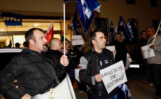 Protesta de los funcionarios frente al Ayuntamiento. /Irene Marsilla.