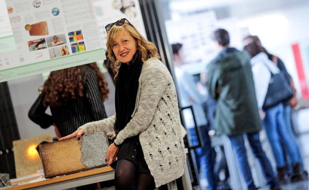 La ingeniera Ana Blasco muestra una pieza de «HyperIN»/efe