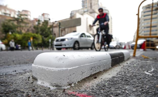Carril bici en la avenida Guillen de Castro de Valencia./
