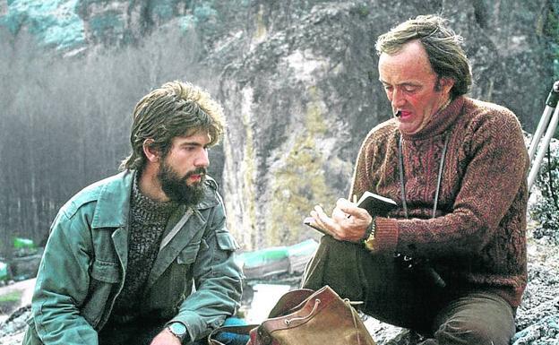 A la derecha,Carlos Sanz, cuando aún era un estudiante de Biología, con Félix Rodríguez de la Fuente, en una imagen tomada en 1977 en Pelegrina, Guadalajara, donde el equipo de filmación instaló su campamento base.