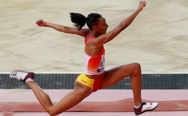 Los atletas españoles, entre cintas, rodillos e incluso como aizcolaris