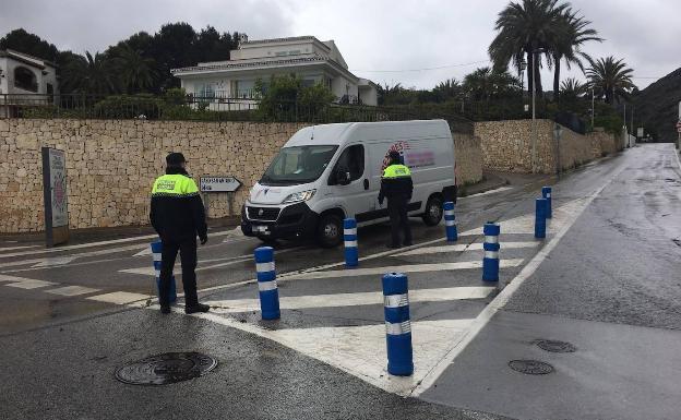 La Policía Local de Xàbia detiene a un conductor tras saltarse un control y hallar marihuana en el coche