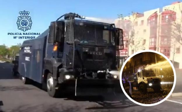 La Policía Nacional adapta su camión lanza agua de antidisturbios para desinfectar las calles por el coronavirus