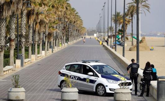 Actuación de la Policía Local de Valencia durante el estado de alarma. /EFE