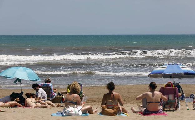 Dermatólogos advierten sobre el peligro de usar gel hidroalcohólico en la playa