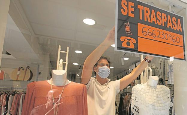 Javier Ramírez, en su tienda de moda de la calle Garrigues.