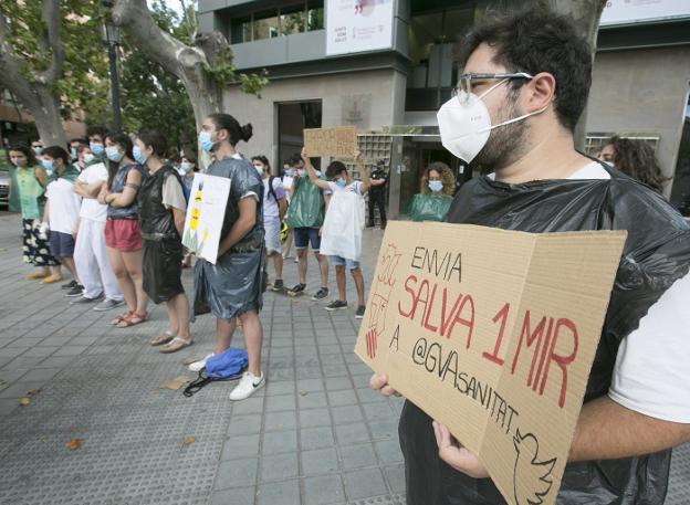 Los MIR mantendrán su protesta ante Sanidad hasta que el Consell escuche sus reivindicaciones