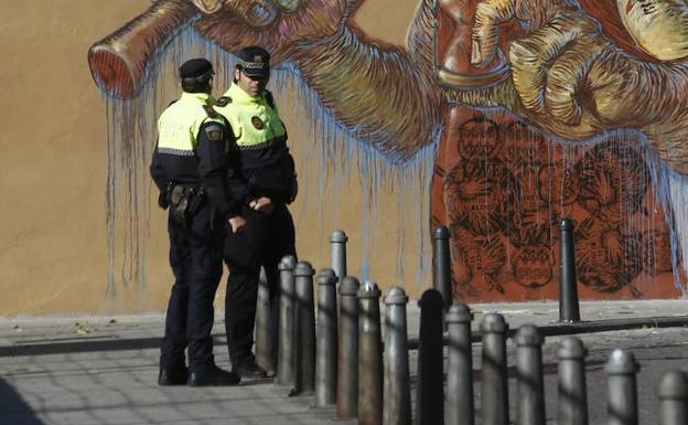 Dos policías de barrio, en una imagen de archivo/MANUEL MOLINES
