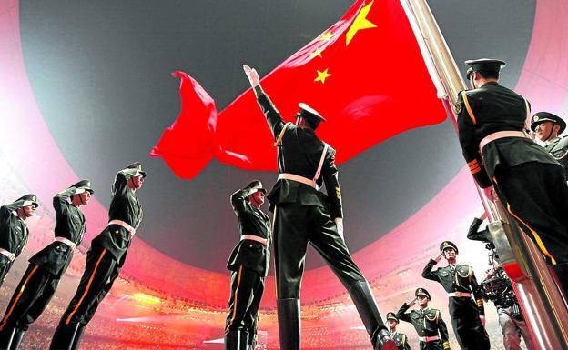 Un alarde militar preside la izada de bandera de la ceremonia de apertura de los Juegos Olímpicos de Pekín 2008.