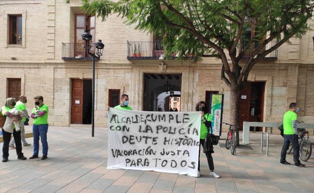 Una nueva pitada de la plantilla policial, ante las puertas del ayuntamiento. /LP
