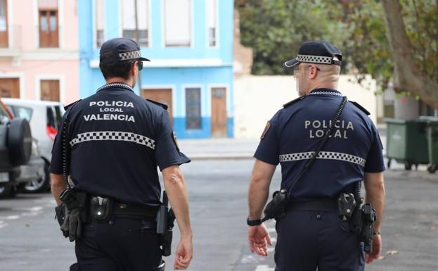 Una pareja de policías locales, en una imagen de archivo./POlicía local