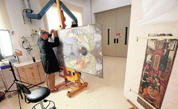 Un profesional en el taller de restauración del Museo de Bellas Artes. /JESÚS SIGNES