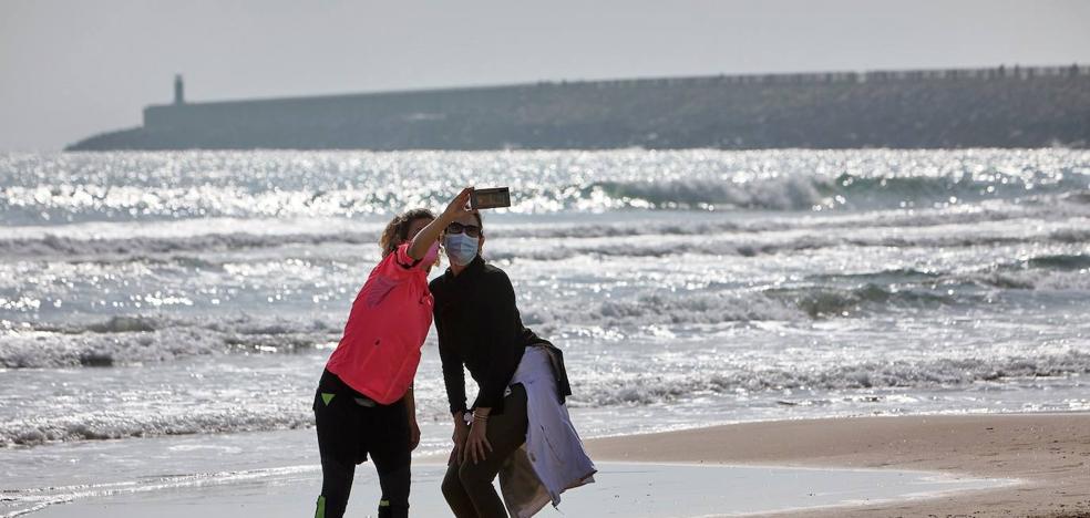 Ausencia de mascarillas en la playa en el primer día de su uso obligatorio