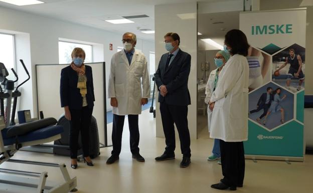 Puig y Barceló con profesionales del hospital IMSKE, el jueves./lp