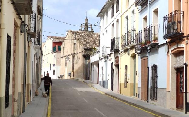 Un vecino pasea por una de las calles de Vall d'Ebo.