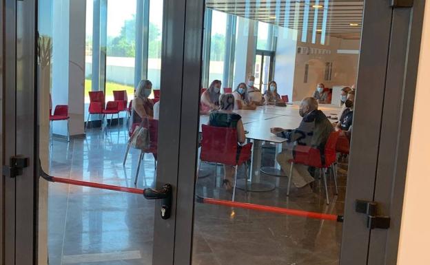 La consejera de Sanidad Ana Barceló se reúne con los representantes del comité de empresa de Torrevieja./lp