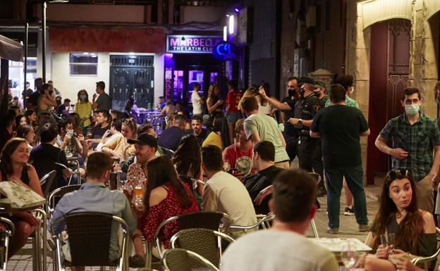 Clientes en terrazas en Valencia. /Iván Arlandis