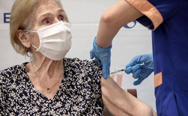 Una mujer es vacunada en una residencia en Valencia./EFE