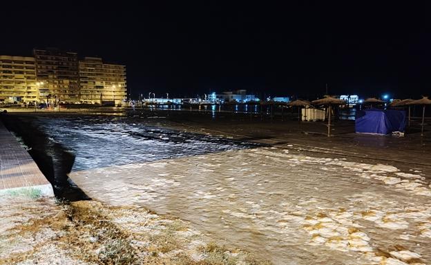 El paseo de Santa Pola está inundado por la marea.  / Policía Local de Santa Pola